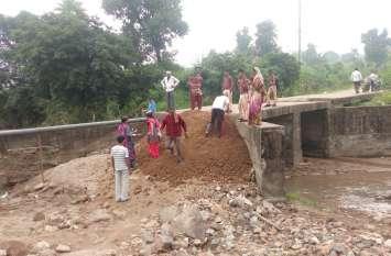 ग्रामीणों ने स्वयं के पैसे से ही कर लिया मिट्टी का भराव