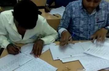 राष्ट्रीय मुक्त विद्यालयी की बोर्ड परीक्षा में किताबों को सामने रखकर हो रही नकल