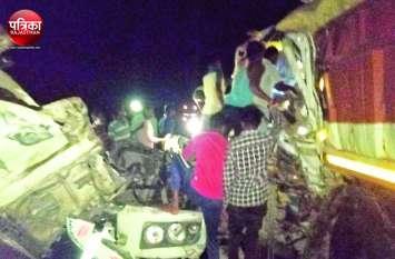 दो ट्रेलर भिड़े, चालक-परिचालक केबिन में फंसे, घंटों मशक्कत के बाद वाहन की बॉडी काटकर बाहर निकाला