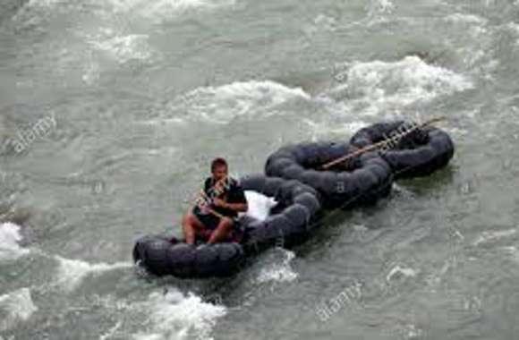 ऐसी नाव की सवारी नहीं देखी होगी आपने, अपने ही खेतों पर जाने के लिए करते हैं खतरे की नाव की सवारी