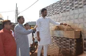 कृषि मंत्री संजय यादव ने सब्जी मंडी में विधायक प्रवीण पाठक के साथ अधिकारियों को नियमित साफ सफाई के लिए चेताया।