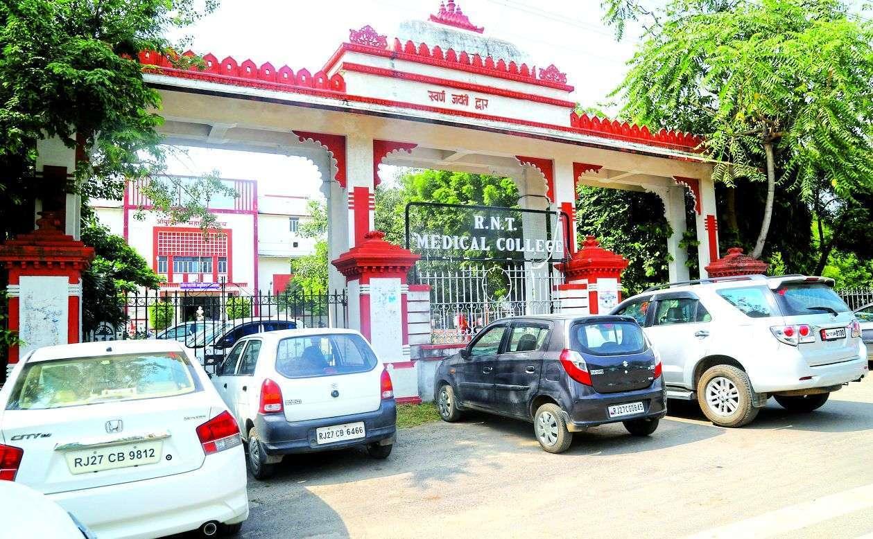 उदयपुर : फतह स्कूल के सामने
