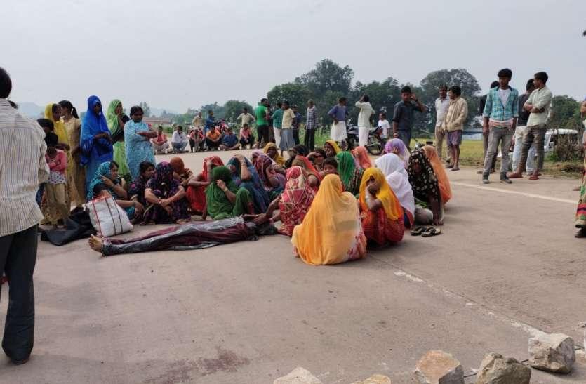 सीधी-सिंगरौली मार्ग में आक्रोशित ग्रामीणों ने किया चक्काजाम, सड़क हादसे में युवक की मौत पर भड़के