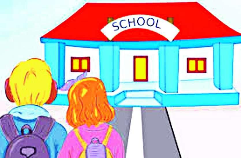 आराम की पाठशाला... क्लास में मोबाइल से गाने सुनते हुए आराम फरमा रही थी अध्यापिका, जानें क्या हो सकती है कार्रवाई