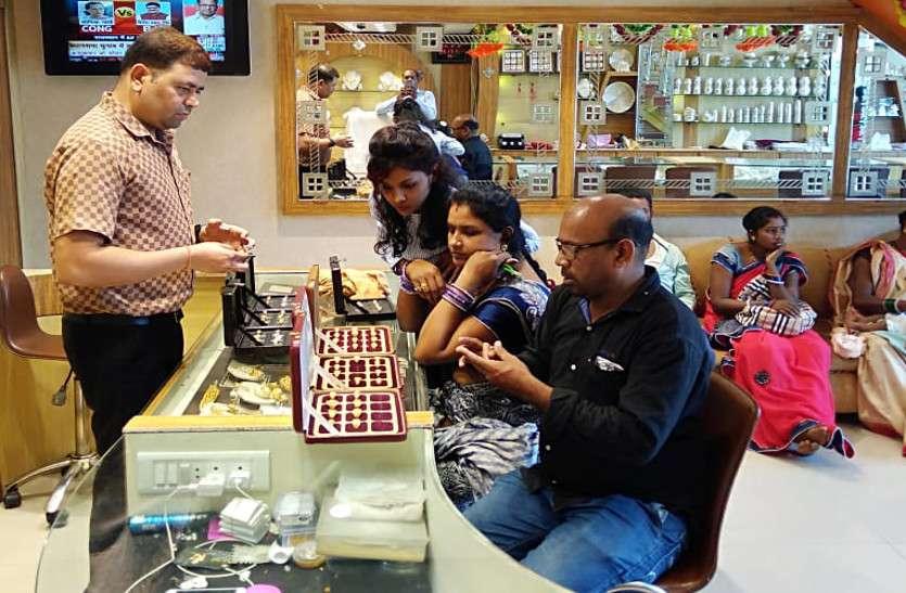 धनतेरस की धूम, बाजार में बूम, देर रात तक दुकानों में रही ग्राहकों की भीड़, करोड़ों का हुआ व्यवसाय