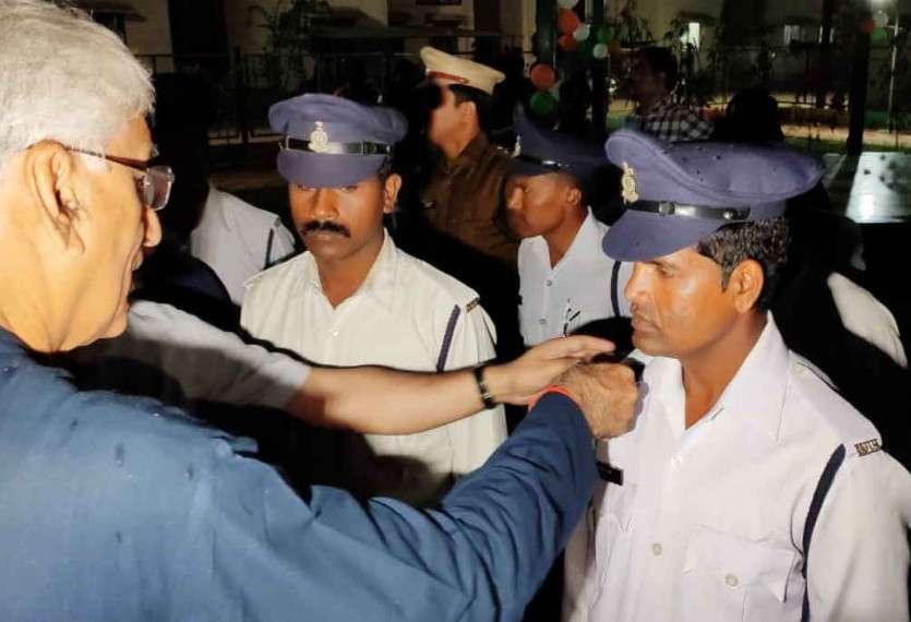 छत्तीसगढ़ में पहली बार पुलिस जवानों के कंधे पर लगे कैमरे, ये है खासियत, स्वास्थ्य मंत्री टीएस ने की शुरुआत