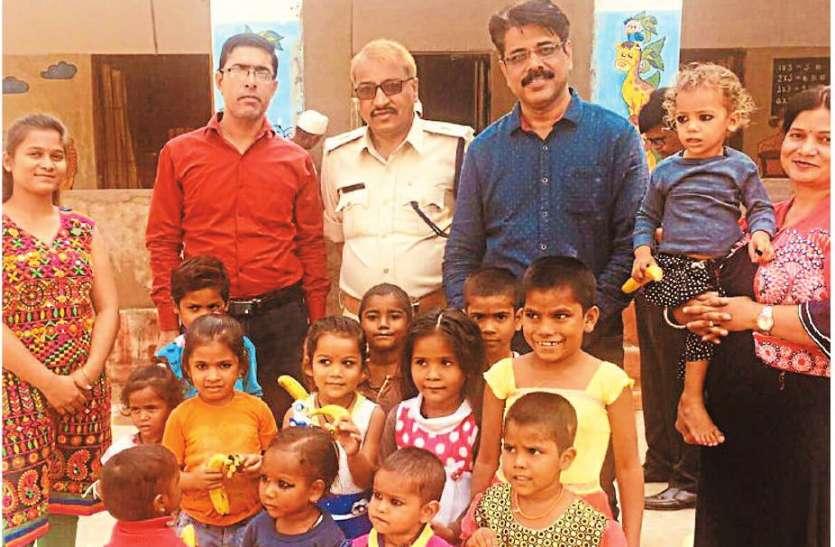 झुग्गी झोपड़ी में बच्चों के साथ दिवाली की सेलिब्रेट