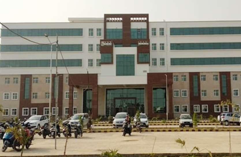 लापरवाही पर मेडिकल कॉलेज अधीक्षक को नोटिस, वार्डों की निगरानी बढ़ाई