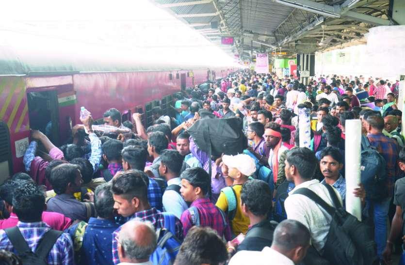 त्योहारी भीड़ के बीच निकला रेलवे का डॉग स्क्वाड और बम निरोधक दस्ता, टिकट काउंटर से प्लेटफार्म तक ठसाठस