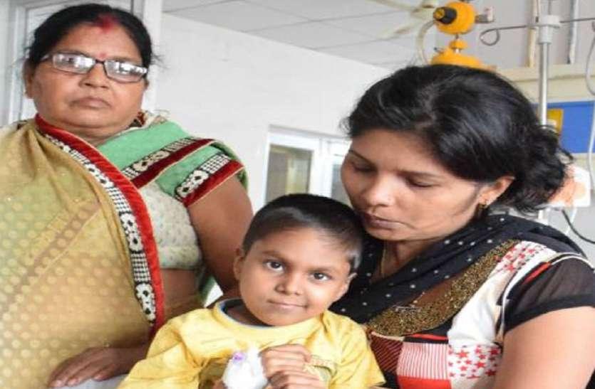 अनाथ बच्चे की दोनों किडनी खराब, पैसे के अभाव में नहीं हो रहा इलाज