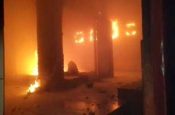 विन्ध्यवासिनी मंदिर में लगी भीषण आग, मची अफरातफरी