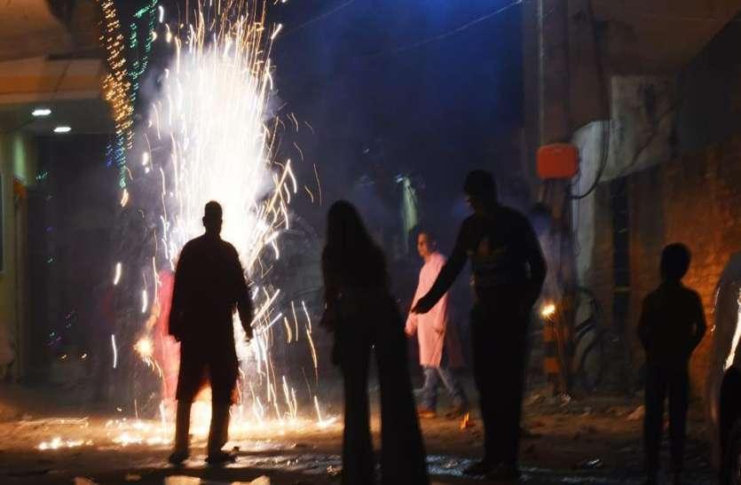 दिवाली में देर रात तक शहरों में फूटते रहे पटाखे, खतरनाक स्थिति में पहुंचा प्रदूषण का ग्राफ