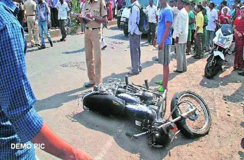 बाइक पर सवार थे पांच लोग, बेकाबू होकर पेड़ से टकराई, चाचा-भतीजे की मौत, तीन घायल