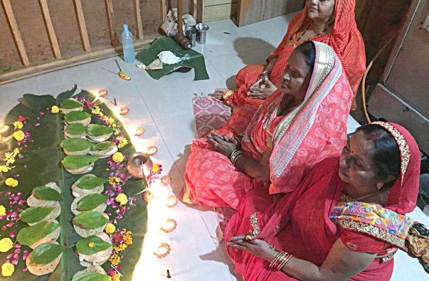 पति की लंबी उम्र के लिए महिलाओं ने व्रत रखकर की वटवृक्ष पूजा