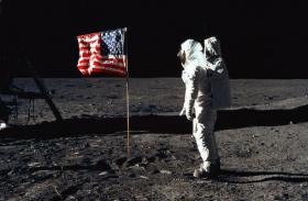 मून मिशन: चांद पर हवा के बिना कैसे लहराया झंडा? सामने आया सच