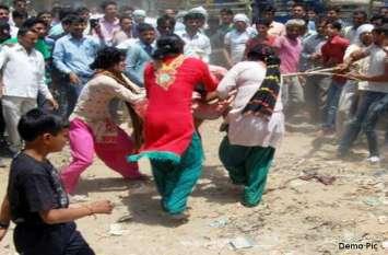 वीडियो में देखिए कैसे दिवाली की वसूली को लेकर दो किन्नर गुटों में जमकर चले लात - घूंसे