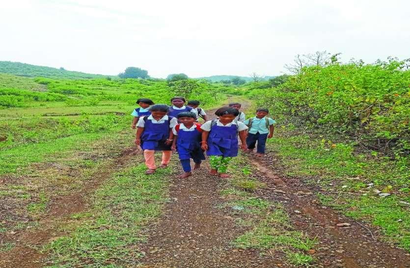 यहां पगडंडी से आ-जा रहे आदिवासी
