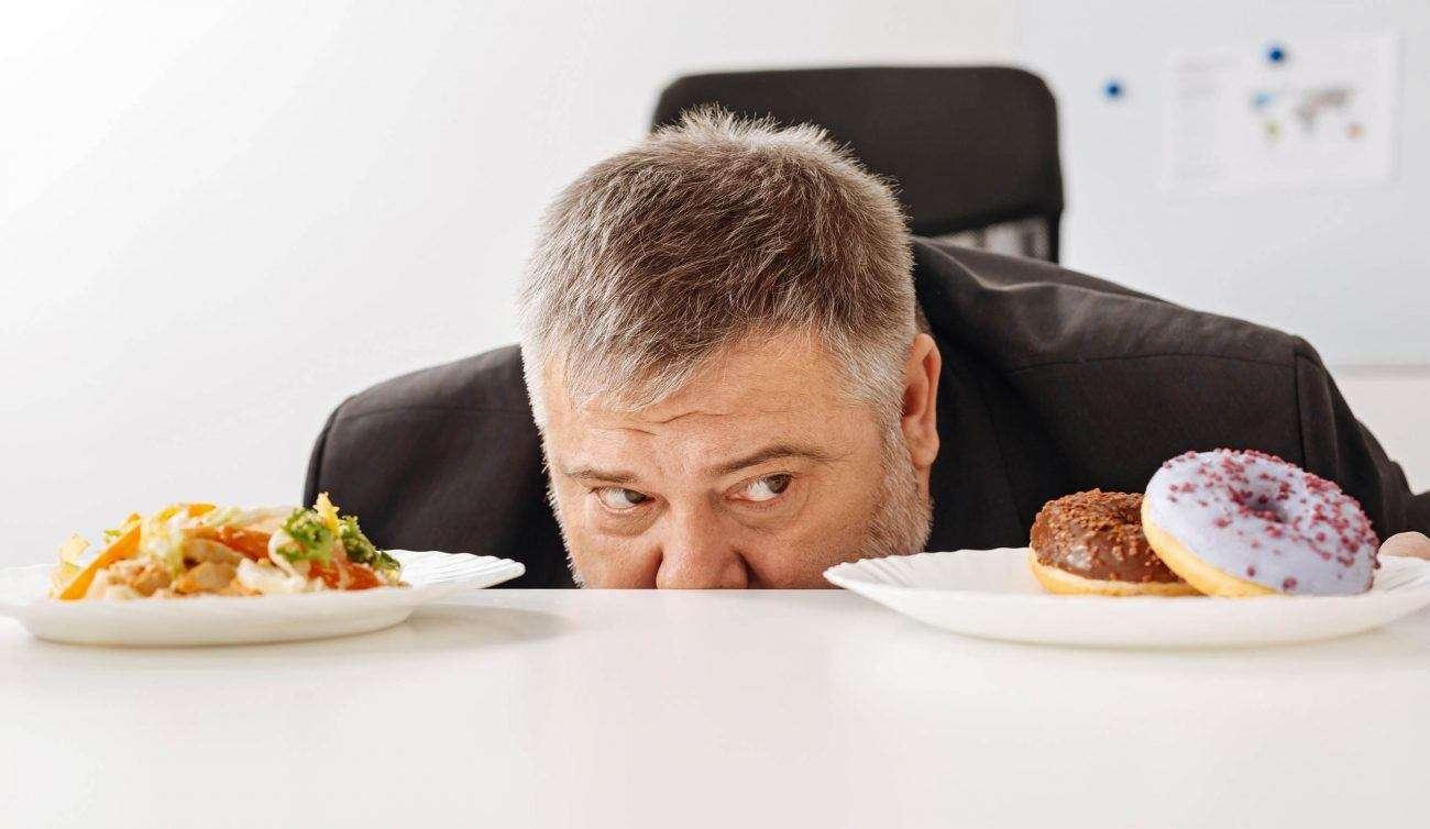 नींद पूरी न होने पर जंक फूड खाने का है वैज्ञानिक कारण
