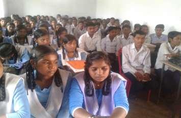 चार कमरे के इस स्कूल में चिपककर बैठने के लिए मजबूर हैं छात्र-छात्राएं
