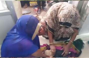 बच्चे की मौत पर परिजनों ने बाल रोग विशेषज्ञ के क्लीनिक पर किया हंगामा, देखें वीडियो