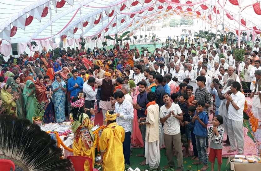 Dance of krishna devotees: कृष्ण की भक्ति में जमकर झूमें श्रद्धालु