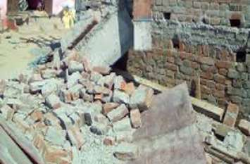 घर के बाहर बैठी 14 वर्षीय बेटी के ऊपर अचानक भरभराकर गिर गई दीवार, फिर कुछ ही पल में पसर गया मातम