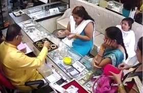 कान्हा की नगरी में सक्रिय महिला चोर गिरोह, देखते ही देखते पार किए सोने के आभूषण