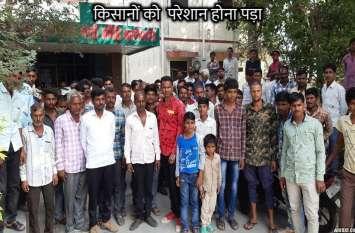 अनाज की चोरी, गुस्साए किसानों ने मंडी गेट पर ताला जड़ा