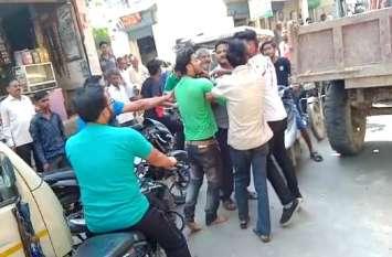 कांग्रेसी पार्षद ने ट्रैक्टर चालक का ईंट से सिर फोड़ा, मामला तूल पड़कते देख मौके से हो गया फरार