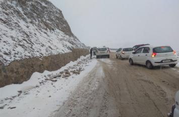 कश्मीर में बर्फबारी और हिमस्खलन से आफत, 5 की मौत, सड़कें हुई बंद
