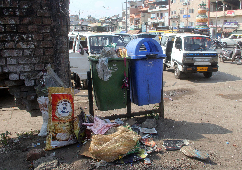 शहर में लोग खाली पड़े ग्राउंड और गली में फेंक रहे कचरा
