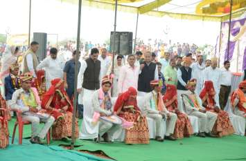 अलवर: विवाह सम्मेलन में एक-दूसरे के हुए 140 जोड़े, CM गहलोत और डिप्टी CM पायलट भी हुए शामिल