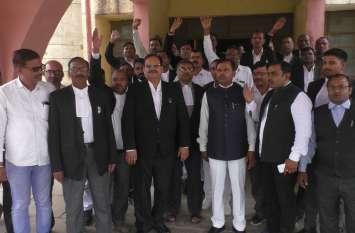 दिल्ली में हुई घटना के विरोध में डीएम ऑफिस पर वकीलों का प्रदर्शन