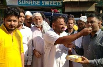 Hapur: Ayodhya Verdict आने के बाद मुस्लिमों ने खिलाई हिंदू भाइयों को मिठाई