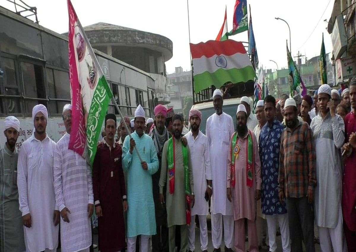 Eid-Miladunnabi News; पैगम्बर के जन्मदिन पर नमाज अदा कर मनाईं खुशियां