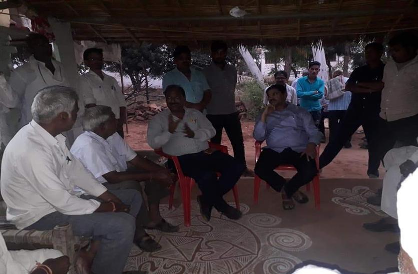बिजली निगम के अभियंताओं की मनमानी किसानों ने मंत्री को सुनाई