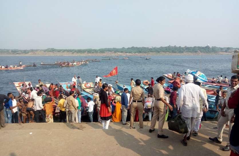 पंचक्रोशी यात्रियों को नाव से नर्मदा पार कराई