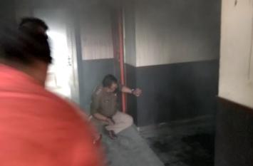 अचानक होटल से निकलने लगा काला धुआं तो लोगों ने लगा दी दौड़, दमकल कर्मियों ने ऐसे पाया काबू- देखें वीडियो