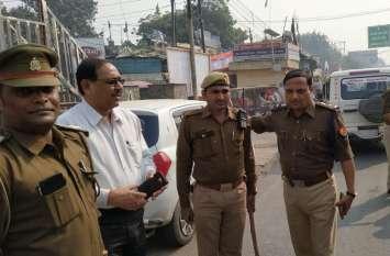 अयोध्या फैसला आने के बाद सड़क पर उतरे डीएम और एसएसपी, पुलिसकर्मियों की थपथपाई पीठ- देखें वीडियो