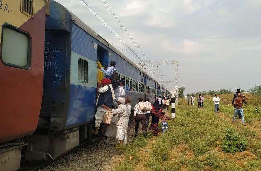 बरवाड़ा में रेलवे प्लेटफार्म का विस्तार नहीं, आए दिन गिर कर चोटिल हो रहे यात्री