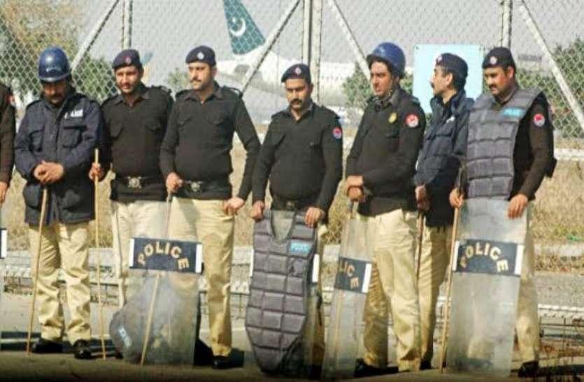 पाकिस्तान: कराची में डकैतों ने मस्जिद में किया हमला, नमाजियों से की लूटपाट