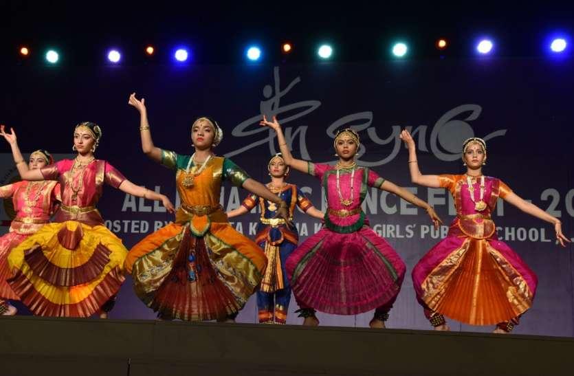 प्रतिभागियों ने इंडियन क्लॉसिकल सोलो डांस से किया मंत्रमुग्ध