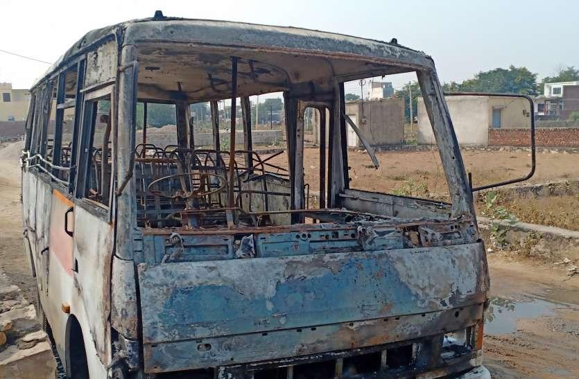 मिनी बस में लगी आग ने किया विकराल रूप धारण, मची अफरा-तफरी
