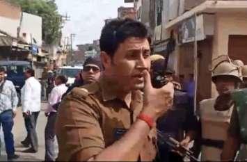 ड्यूटी पर तैनात पुलिसजनों का एसएसपी संतोष मिश्रा ने हाथ मिला कर जताया आभार