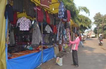 बाजार में सज गई गर्म कपड़ों की दुकानें