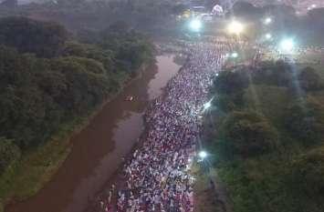 अद्भुत है नमाज का यह नजारा, नदी तट पर उमड़े लोग