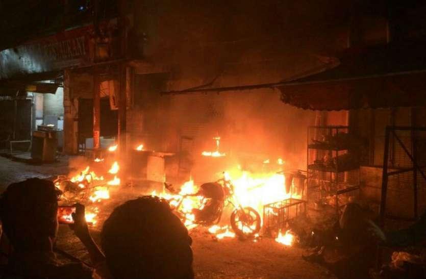 Big News अलीगढ़ में धमाके, विद्युत ट्रांसफार्मर फटने से भीषण आग, तीन लोग गम्भीर, 150 मुर्गे खाक