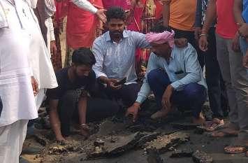Jaipur rural : मिट्टी पर ही बना दी डामर सड़क, दूसरे दिन उखड़ गई