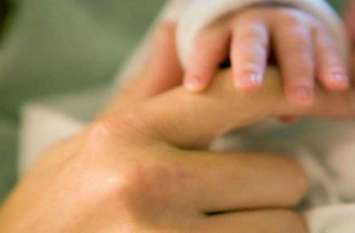 महिला ने दो बेटियों को दिया जन्म तो नाराज हो गए ससुरालवाले, इसके बाद जो हुआ, देखें वीडियो