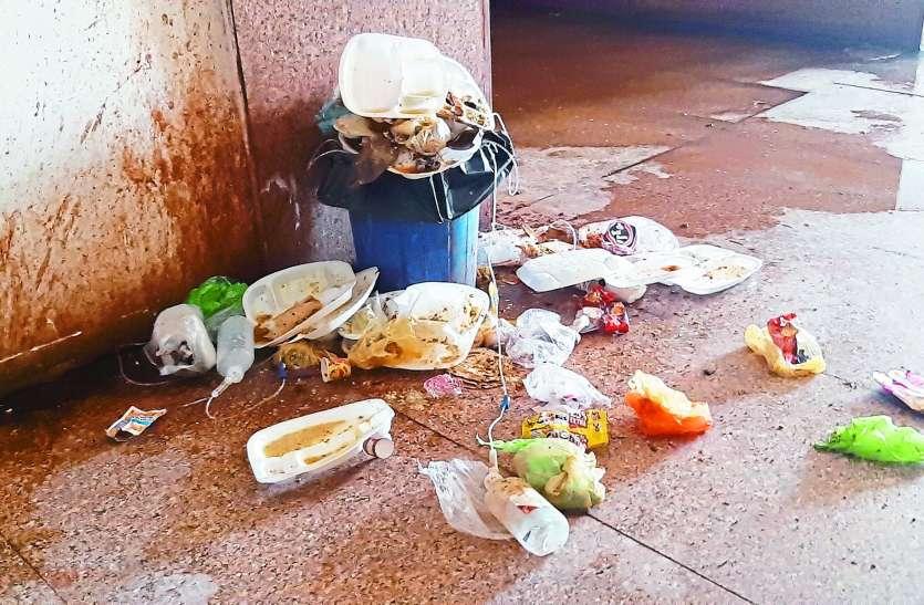 panna district hospital चार दिन से अस्पताल की सफाई व्यवस्था चरमराई, बाहर से बुलाए सफाईकर्मी भी बेरंग लौटे